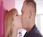 Hanna Hilton masturbeert met haar favoriete dildo